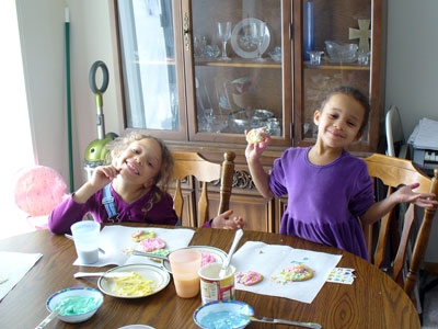 Lila and Eva decorating cookies at Richardsons.